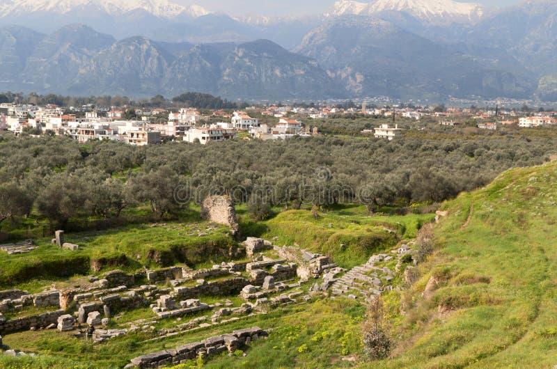 Teatro antiguo y la ciudad moderna de Sparta imagenes de archivo