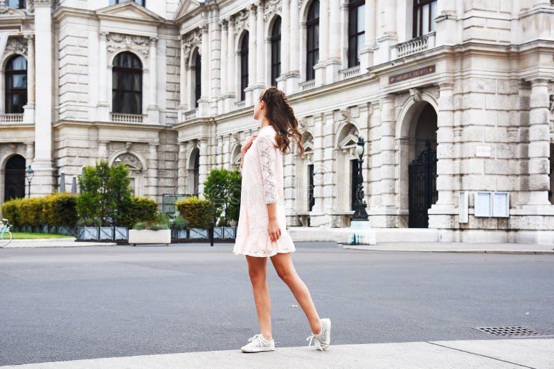 Teatro Burgtheater, Austria dello stato di Vienna Una ragazza in un vestito rosa sta sui precedenti della costruzione fotografia stock libera da diritti