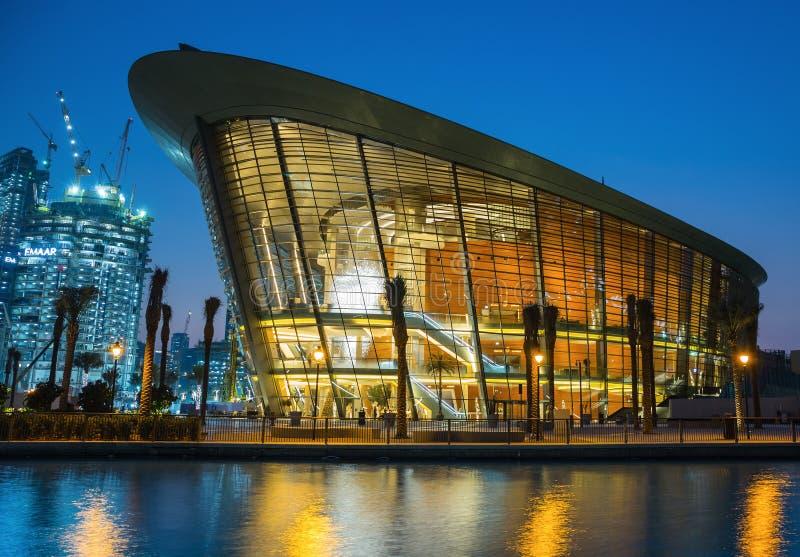Teatro da ópera de Dubai na noite fotos de stock royalty free
