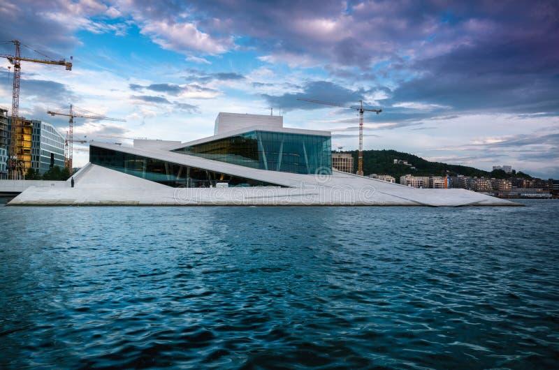 Teatro da ópera de Oslo sem povos que andam nele imagens de stock