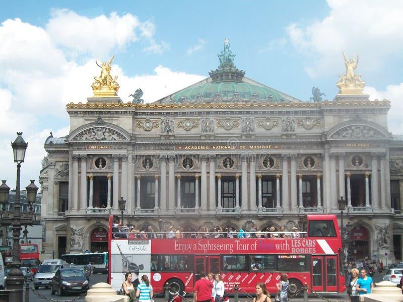 Teatro da ópera de Paris com o ônibus de excursão na parte dianteira imagem de stock royalty free