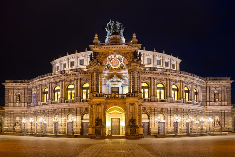Teatro da ópera de Semper (Semperoper) na noite, Dresden fotografia de stock