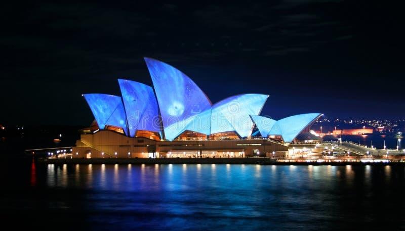 Teatro da ópera de Sydney, Austrália, luzes azuis fotografia de stock royalty free