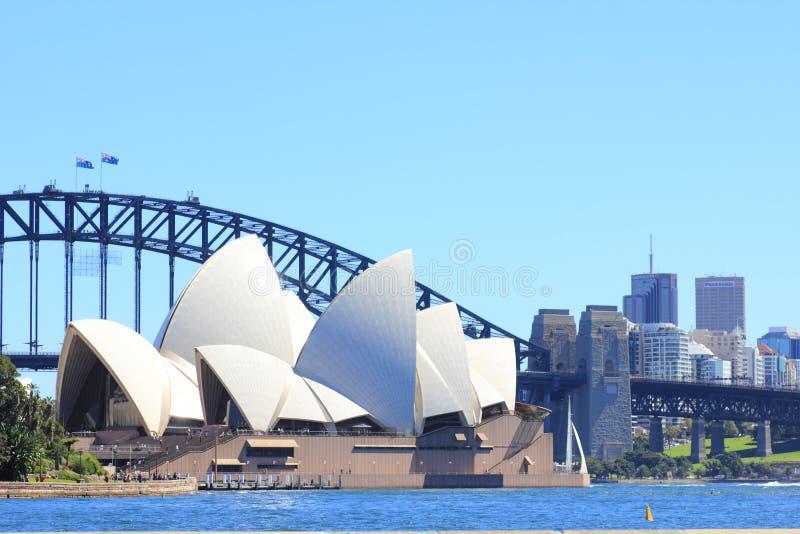 Teatro da ópera de Sydney com Sydney norte fotografia de stock
