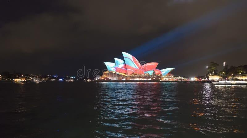 Teatro da ópera de Sydney com testes padrões verdes e vermelhos para 2017 vívido foto de stock