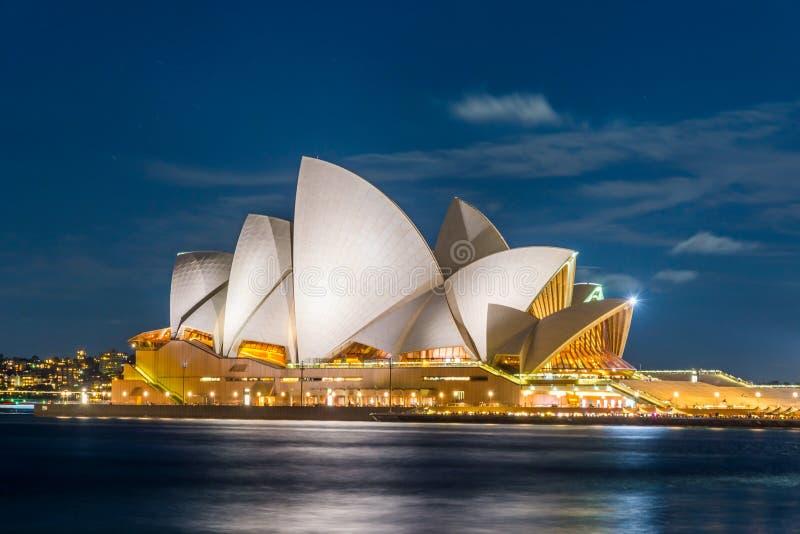 Teatro da ópera de Sydney na noite imagens de stock royalty free