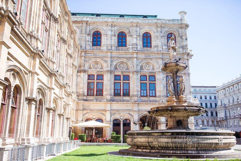 Teatro da ópera de Viena, Áustria Opinião da foto na fonte na casa do estado da ópera de Viena fotos de stock royalty free