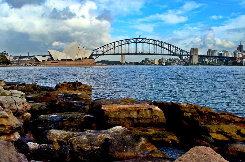 Teatro da ópera e Sydney Harbor Bridge imagens de stock royalty free