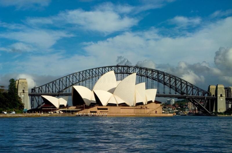 Teatro da ópera e Sydney Harbor Bridge imagem de stock royalty free