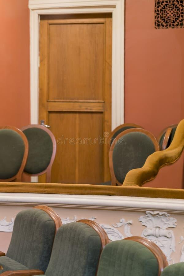Teatro da poltrona Assentos clássicos do teatro profundamente Cama do teatro Foto vertical imagem de stock royalty free