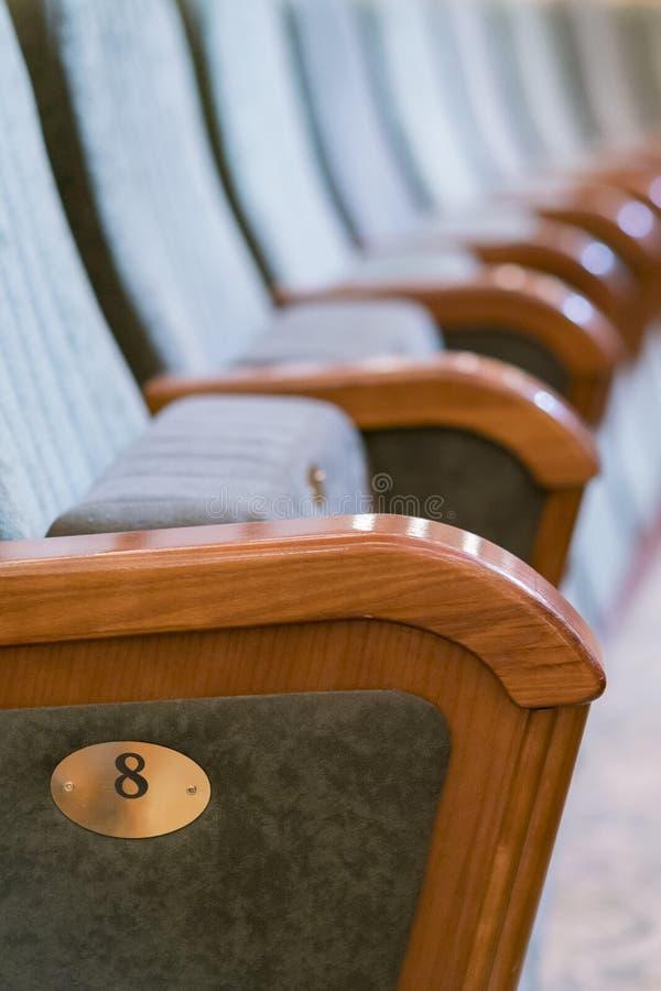 Teatro da poltrona Assentos clássicos do teatro profundamente Foto vertical foto de stock