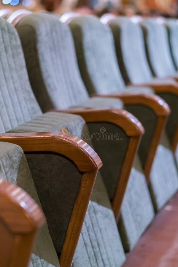 Teatro da poltrona Assentos clássicos do teatro profundamente Foto vertical fotos de stock royalty free