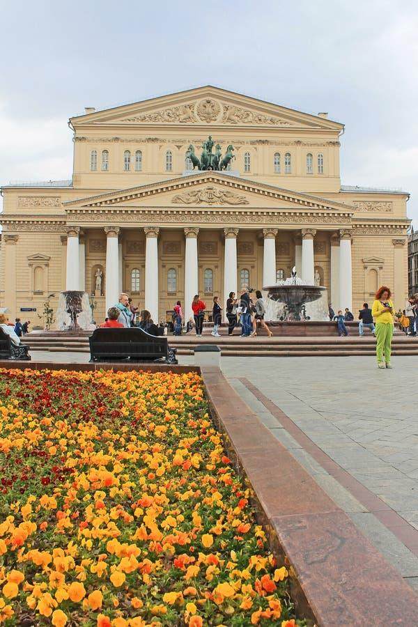 Teatro de Bolshoi em Moscou Rússia e a fonte em um dia de mola imagem de stock