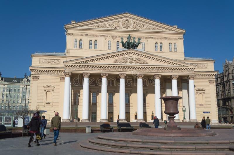 Teatro de Bolshoi en día de primavera soleado foto de archivo