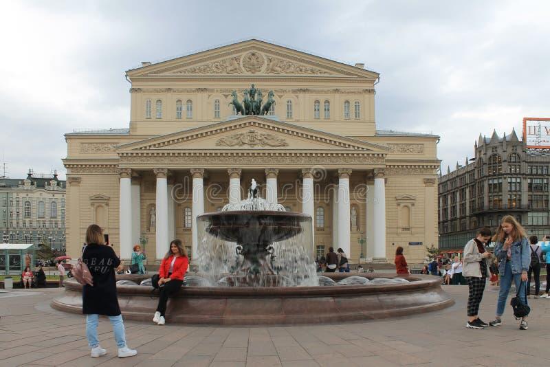 Teatro de Bolshoi en Moscú Rusia y la fuente en un día de primavera imagen de archivo libre de regalías