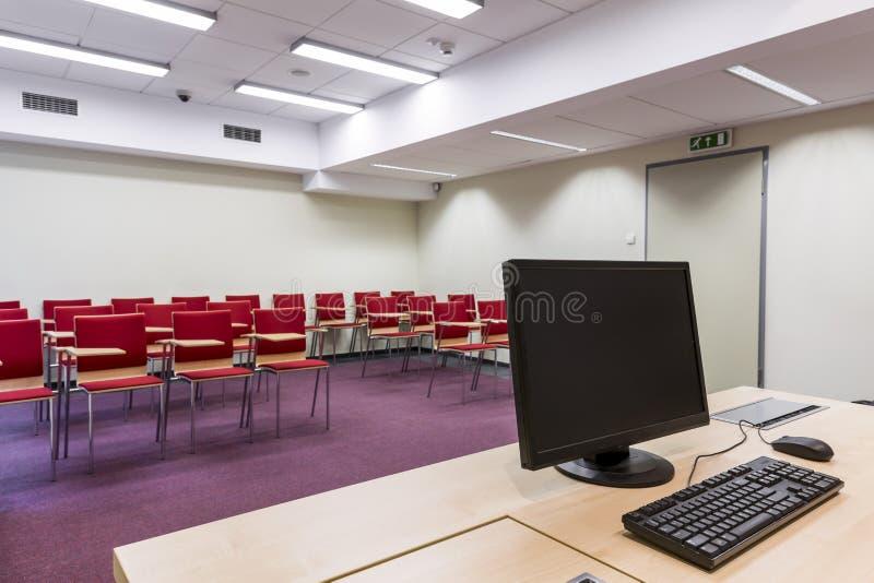 Teatro de conferencia minimalista con los asientos imagenes de archivo