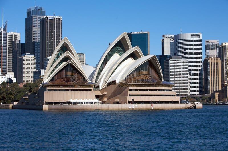 Teatro de la ópera de Sydney en Australia con la ciudad fotografía de archivo