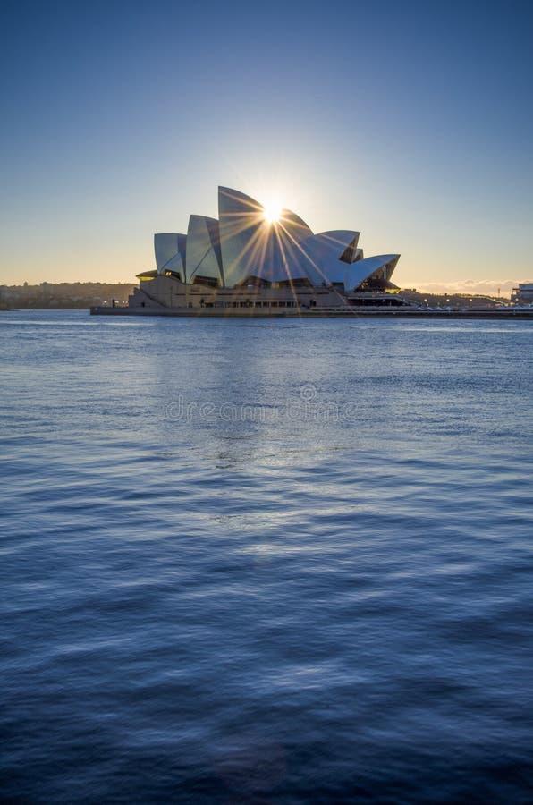 Teatro de la ópera de Sydney en la salida del sol fotos de archivo