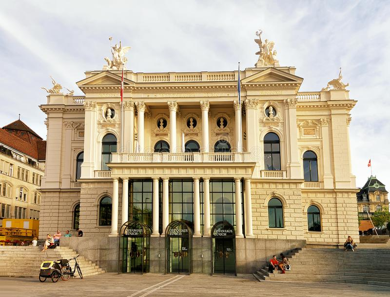 Teatro de la ópera en viejo centro de ciudad de Zurich imagenes de archivo