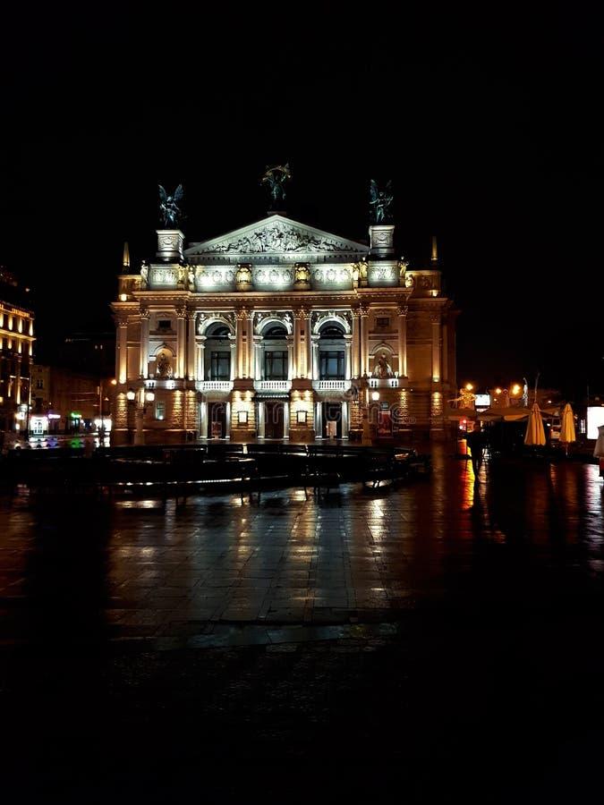 Teatro de la ópera de Lviv, ópera del estado de Solomiya Krushelnytska y teatro de ballet académicos en oscuridad Paisaje de la n imagenes de archivo