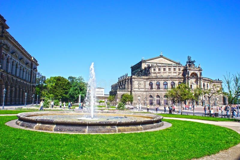 Teatro de la ópera y carro con los caballos, Dresden, Alemania de Semper fotografía de archivo