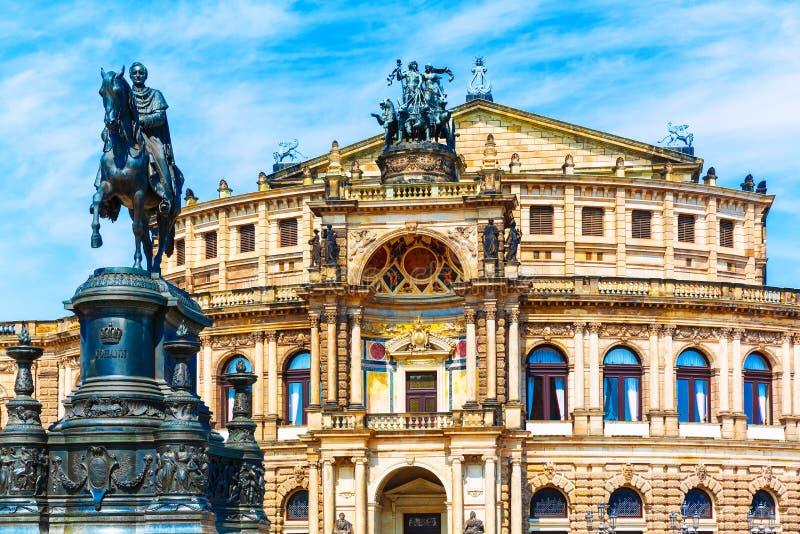 Teatro de la ópera y monumento de Semper a rey John en Dresden, Alemania imagenes de archivo