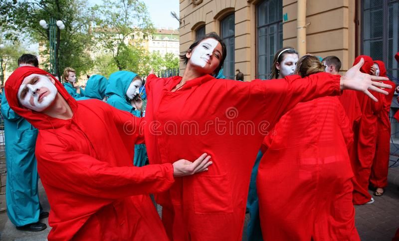 Teatro de la calle abra el funcionamiento vestido calle de actores jovenes imagen de archivo