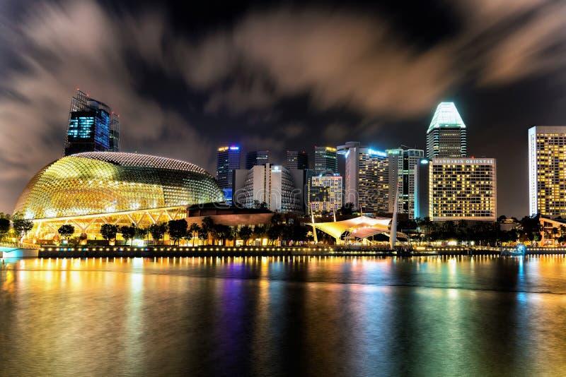 Teatro de la explanada de Singapur en Marina Bay en la noche fotos de archivo