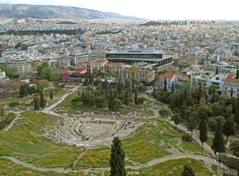 Teatro de las ruinas de Dionysus y el edificio moderno de la opinión del museo de la acrópolis de la acrópolis de Atenas, Grecia foto de archivo