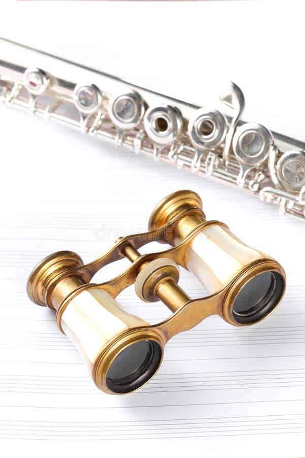 Teatro de los prismáticos y un resto de la flauta transversal en cuenta de la música fotos de archivo libres de regalías