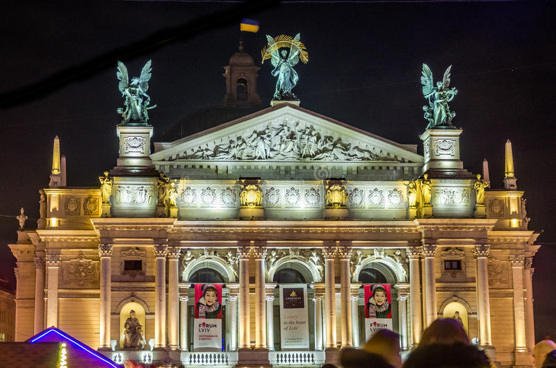 Teatro de Lviv de Opera e da noite de Krushelnytska do bailado iluminados por holofotes e por luzes coloridas imagens de stock