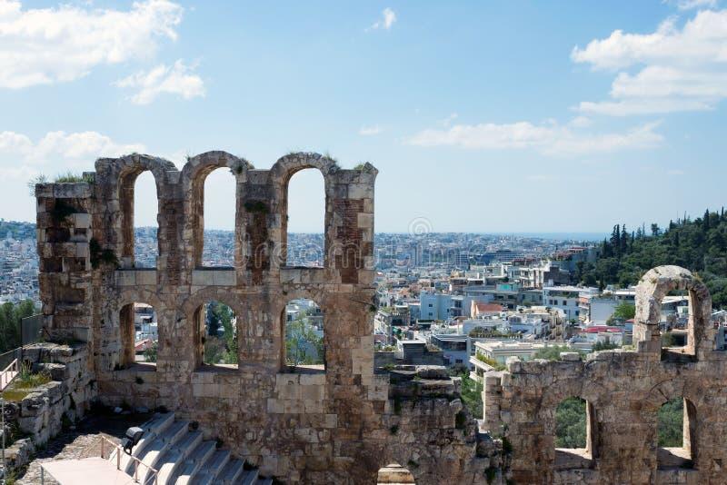Teatro de pedra antigo com etapas de mármore de Odeon do Atticus de Herodes na inclinação do sul da acrópole imagens de stock royalty free