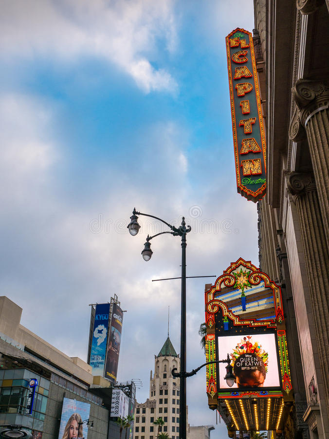 Teatro de película histórico famoso del EL Capitan en Hollywood, California imagen de archivo