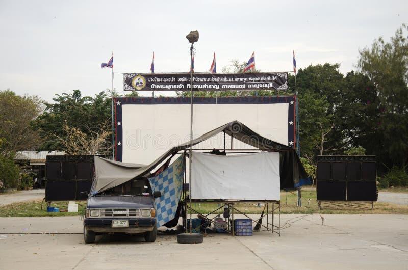 Teatro de películas al aire libre del cine para la gente de la demostración en el patio fotografía de archivo