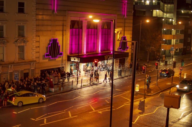 Teatro de Troxy na noite em Londres que mostra os musicals foto de stock