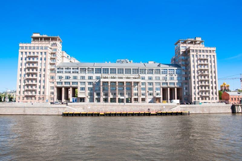 Teatro de variedad del estado de Moscú en el terraplén durante el mediodía, Rusia de Bersenevskaya imagen de archivo libre de regalías