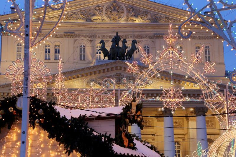 Teatro del teatro di Bolshoi (grande, grande o grande, Bolshoy anche compitato) si è illuminato al Natale alla notte Mosca, Russi immagini stock libere da diritti