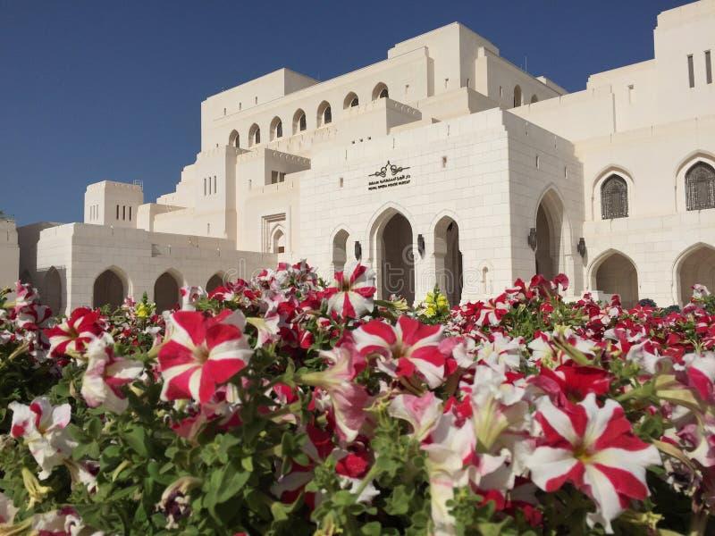 Teatro dell'opera dell'Oman con il fiore fotografia stock libera da diritti