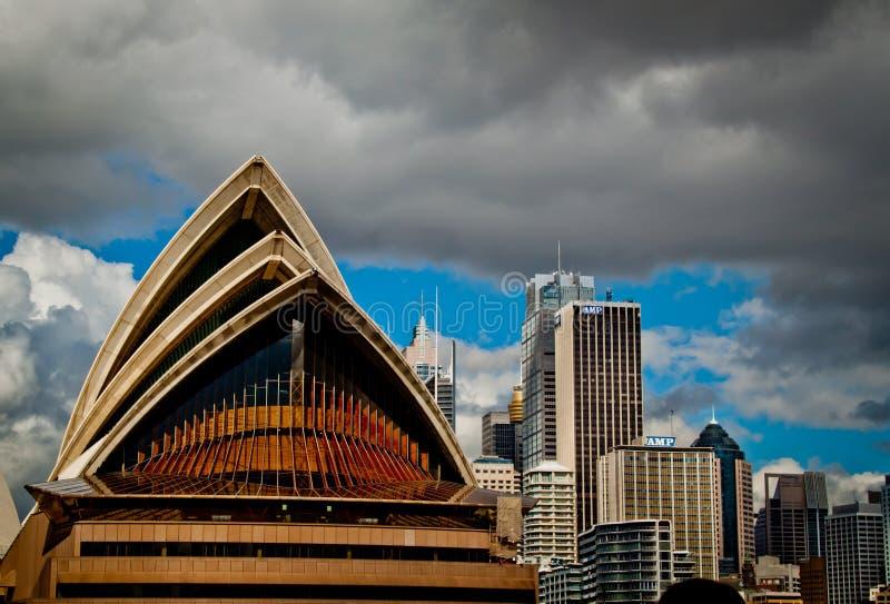 Teatro dell'Opera di Sydney dalla baia immagini stock libere da diritti