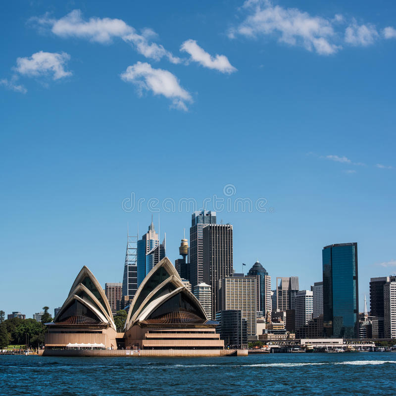 Teatro dell'opera e skyscrpers di Sydney fotografie stock libere da diritti
