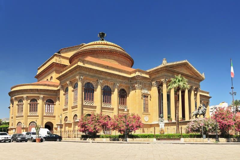 Teatro dell'opera famoso di Teatro Massimo sulla piazza Verdi a Palermo Sicilia, Italia fotografie stock libere da diritti