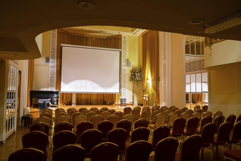 Teatro di lusso Corridoio nello stile classico, Corridoio interno molto pulito e bello di musica nel teatro fotografia stock