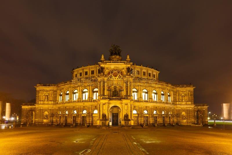Teatro di opera di Dresda alla notte immagine stock
