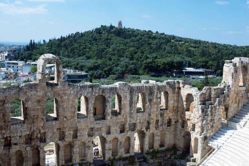 Teatro di pietra antico con i punti di marmo di Odeon dell'attico di Herodes sul pendio del sud dell'acropoli fotografia stock libera da diritti