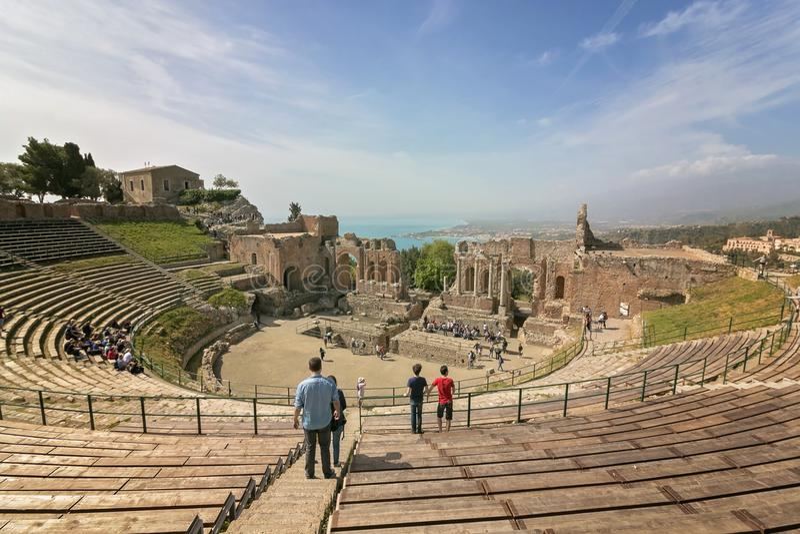 Teatro do grego clássico de Taormina, Sicília, Itália 17 de abril de 2018 foto de stock royalty free
