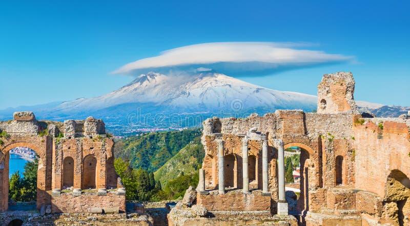 Teatro do grego clássico em Taormina no fundo de Etna Volcano, Sicília, Itália foto de stock