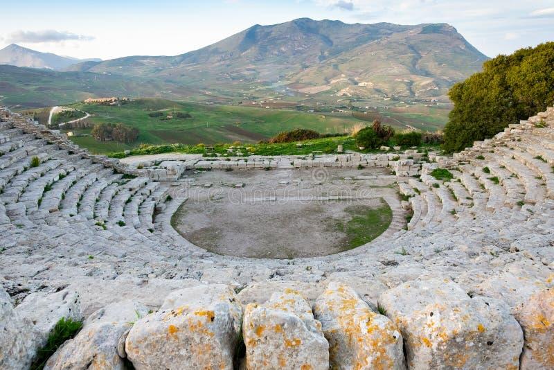 Teatro do grego clássico, opinião do panorama de montanhas bonitas da última fileira, Segesta, Sicília imagem de stock