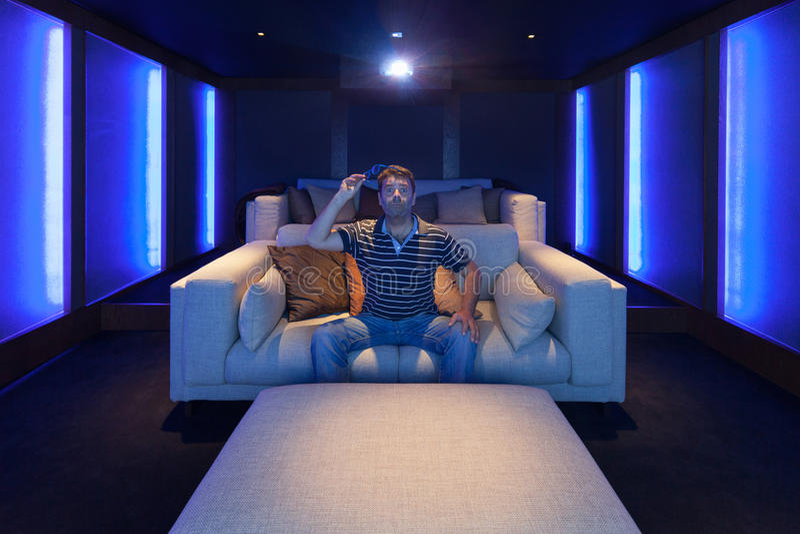 Teatro domestico, un uomo dentro fotografie stock