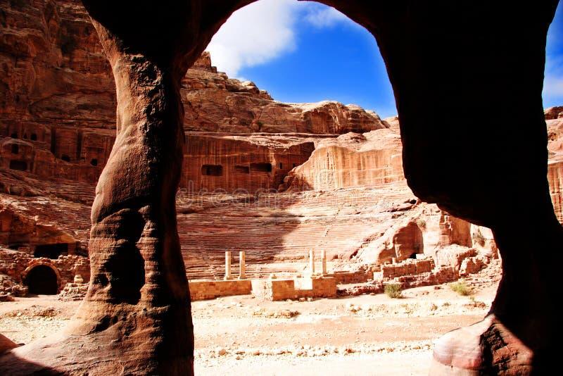 Teatro en el Petra a partir de la una de las cuevas, Jordania imagen de archivo
