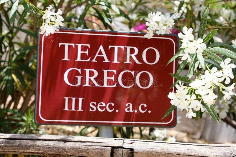 Teatro Greco undertecknar in Syracuse, Sicilien royaltyfri fotografi